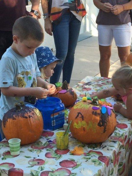 preschool pumpkin decorating (6)