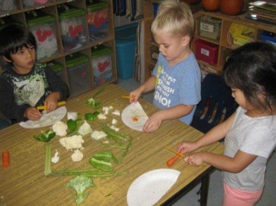 preschool-cutting-veggies-4